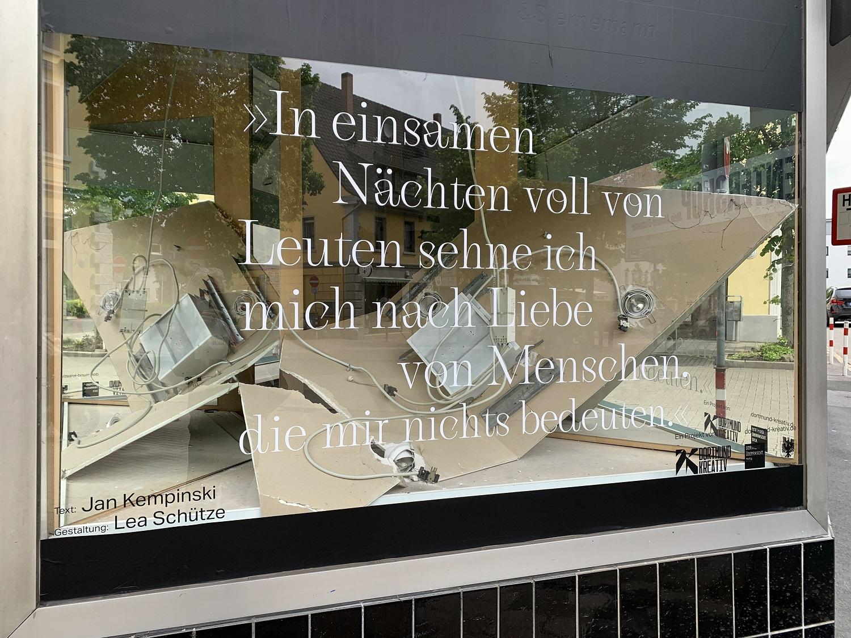 DIE WELT AUF EINER SCHEIBE: Neue Textbilder in Lütgendortmund